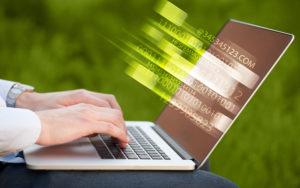 輝く技術効果をパソコンに入力する人のクローズ アップ