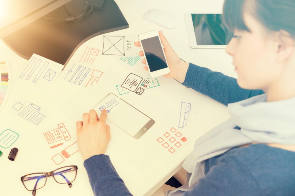 ウェブサイト ux のアプリ開発を描画するWebデザイナー