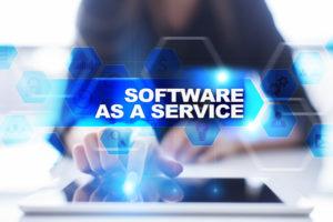 ソフトウェアを選択する女性の手