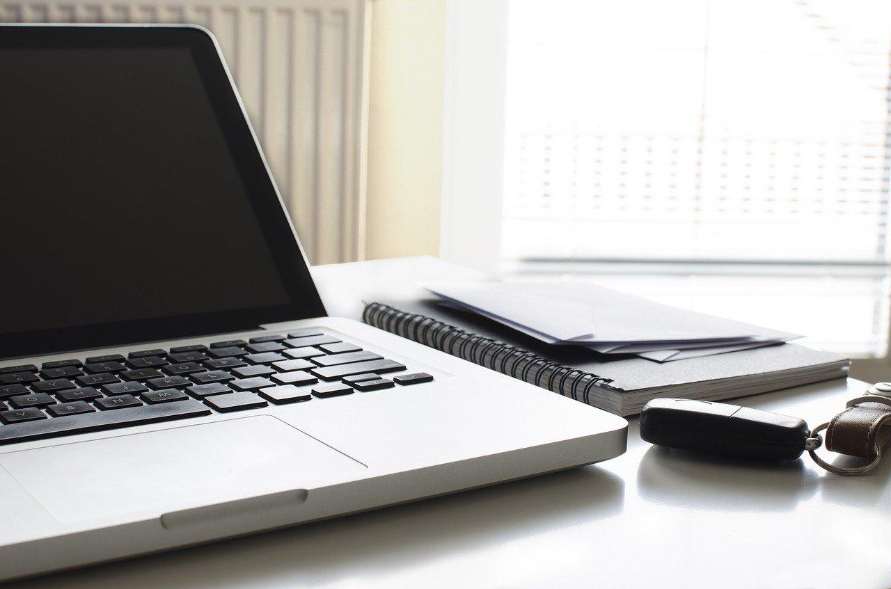 家、デスク、パソコン